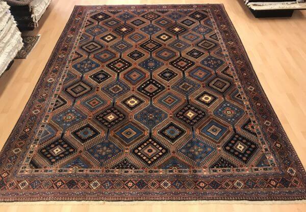 Flot ægte tæppe i brune farver god til spisebord